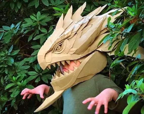 diy能力超强的爸爸为儿子制作怪兽头套,简直酷得不能再酷