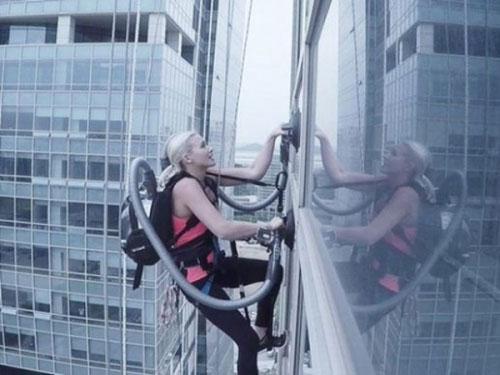 """美女""""蜘蛛侠""""用LG吸尘器攀爬140米高大楼"""