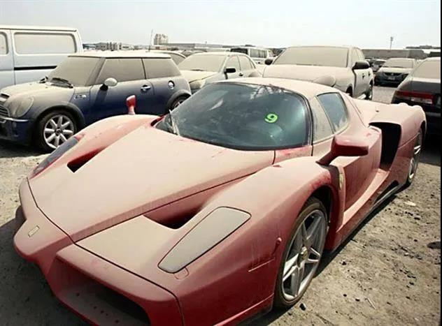迪拜豪车坟场 千万豪车到处扔 为什么没人要?