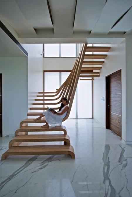 优雅的流线型木梯