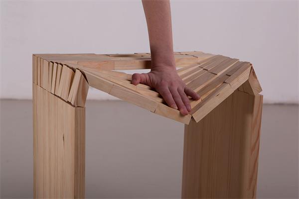 软硬兼备的木凳子