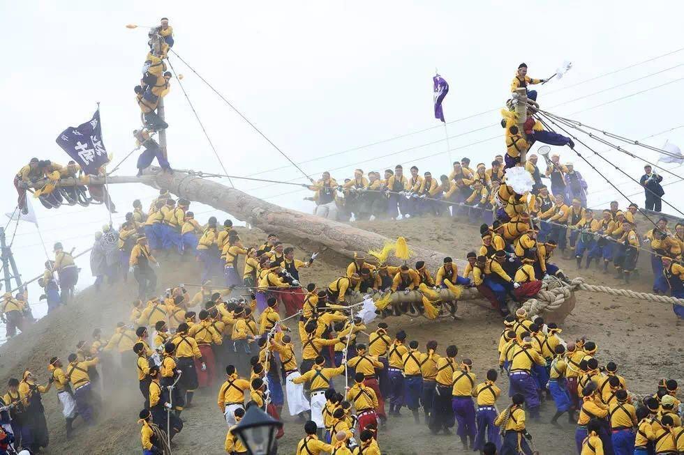 日本:六年一次御柱祭 骑着原木滑山坡