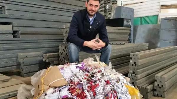 他用塑料垃圾制成砖头建造环保房子 解决了污染和住房问题