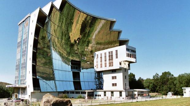 一万面镜子组成世界最大太阳炉,可将钢铁瞬间熔化
