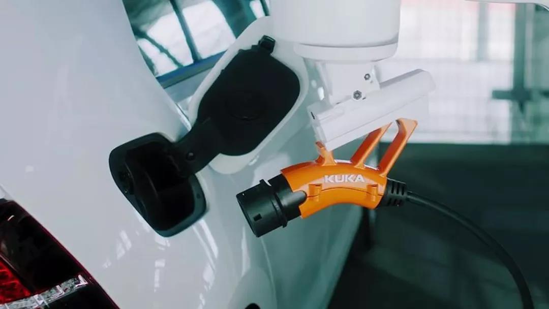 这个机械臂可以自动寻找充电口给汽车充电