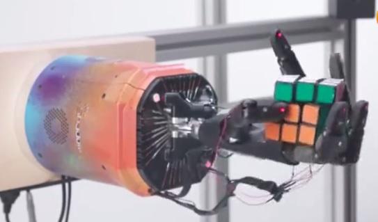 会学习玩魔方的智能AI机械手 学习能力是人类好几倍