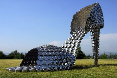瓢盆锅碗构成的巨型高跟鞋-具体内容-玩意儿