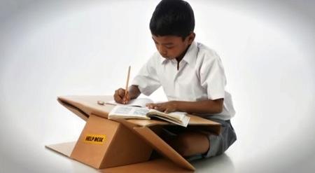 简易硬纸书包与书桌