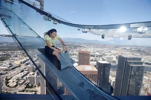 美国300米高全透明玻璃滑梯 你敢玩吗?