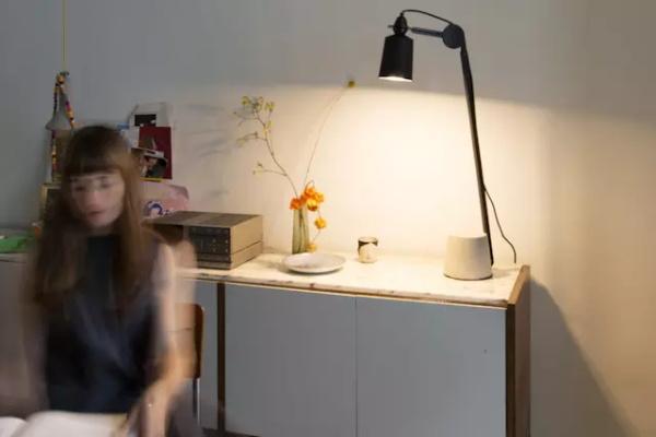 既是吊灯也是迷你投影仪 Beam