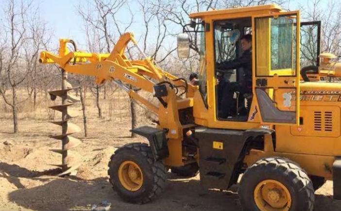 沙漠种树新方法,螺旋挖坑机速度比手工挖快15倍