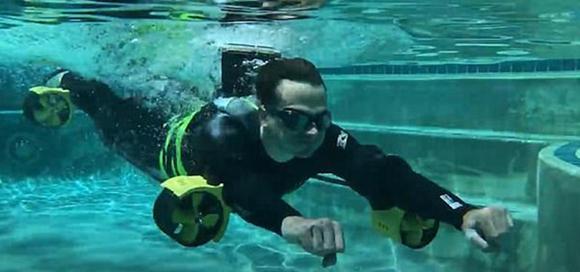 小伙制作喷射游泳设备,穿上后立马变成游泳高手