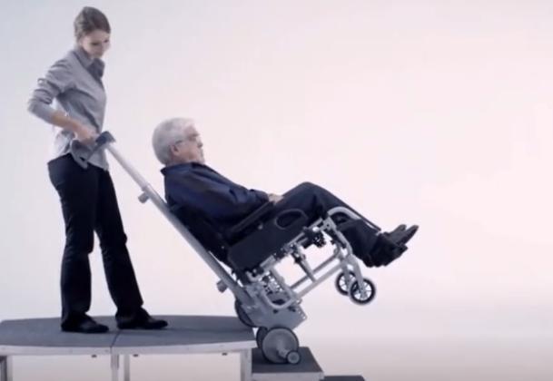 轮椅装上这个神器就能爬楼梯