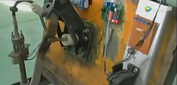 大四学生发明油门刹车系统,解决油门当刹车难