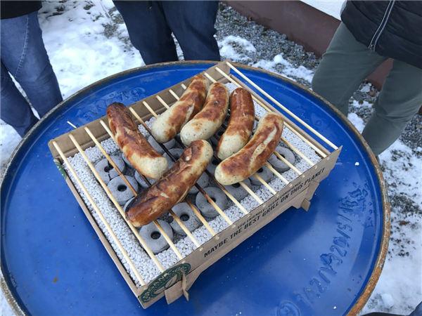 一次性便携烧烤架,硬纸皮制成,用完直接烧掉