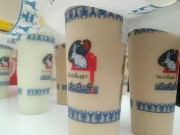 炒到200一杯的大白兔奶茶火了,卖的是情怀