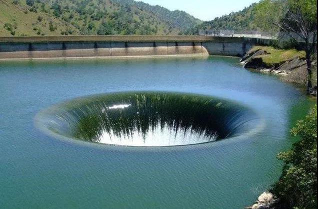 """美国加州水库惊现""""湖中黑洞""""每秒可吞1500吨水"""