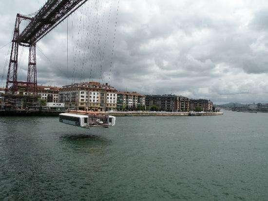 全球第一座拉索桥,就像缆车一样运送行人和车辆