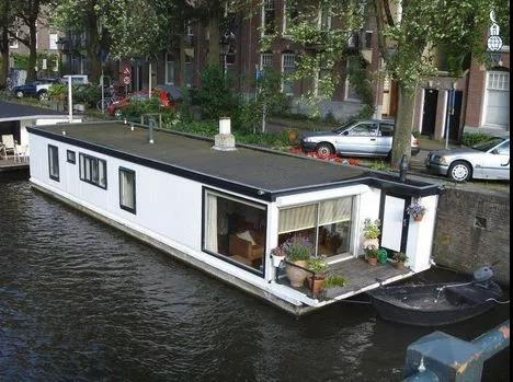 因房价太高,英国有人当上了船上居民