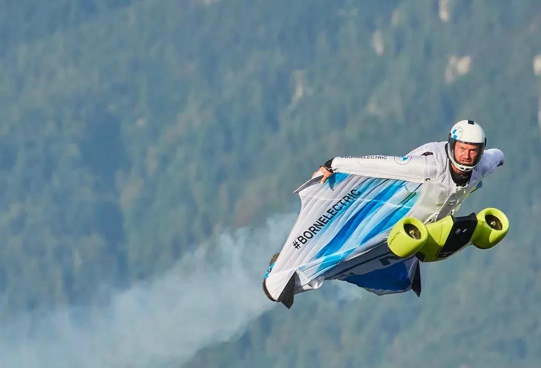 宝马跨界做了件飞行服 时速可达300公里