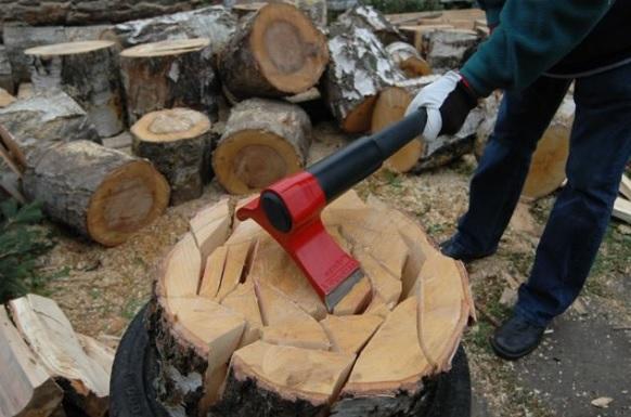 大叔设计了一把斧头 让砍柴变得非常简单