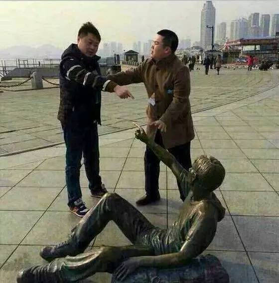 恶搞街头雕像