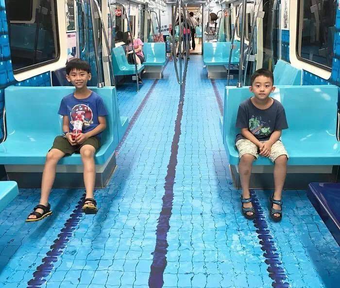 台北为了营造大运会气氛 将地铁变身为3D体育馆