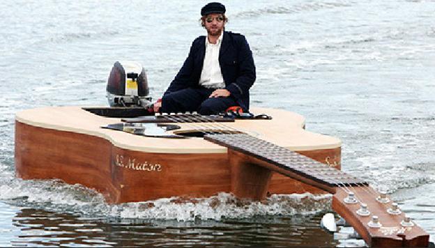 全球最大吉他 一边演奏一边坐着出海
