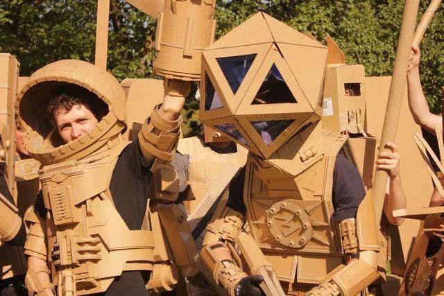"""两个澳洲青年,用纸盒子挑起了一场""""世界大战"""""""